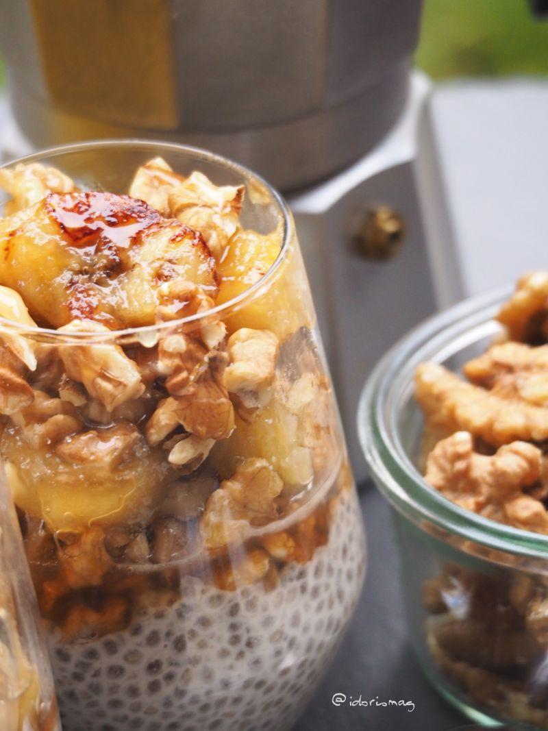 Vegane Chiasamen mit karamellisierter Banane und Walnüssen