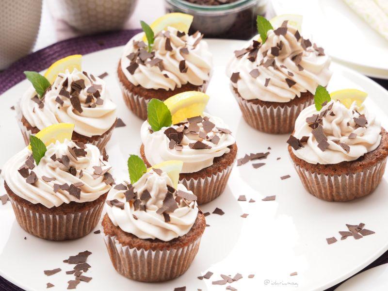 Vegane Schokolade Haselnuß Cupcakes mit vanille Erdbeer Füllung