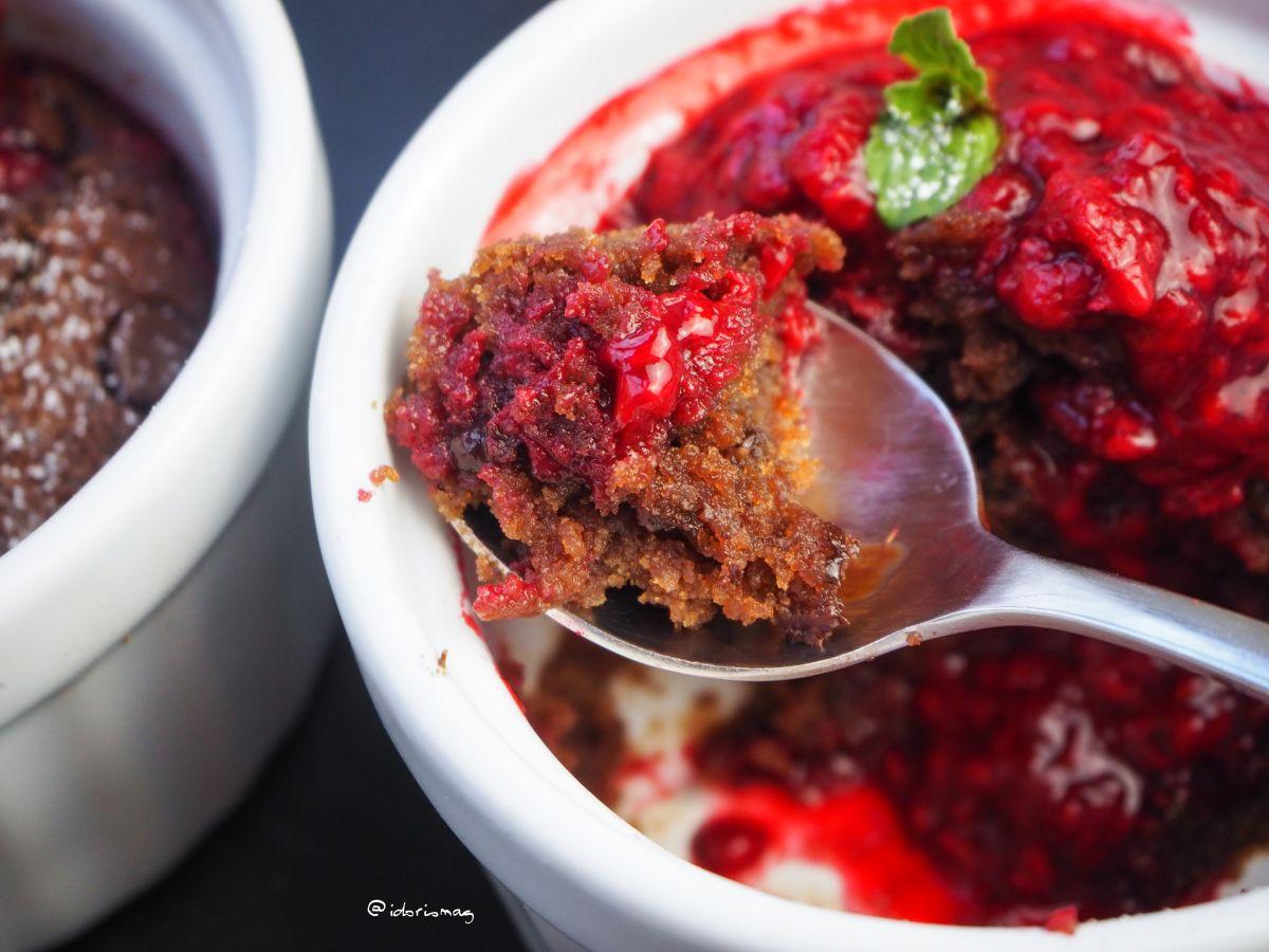 Vegane Mini Schokolade Kuchen / Tassenkuchen mit Himbeer Sauce