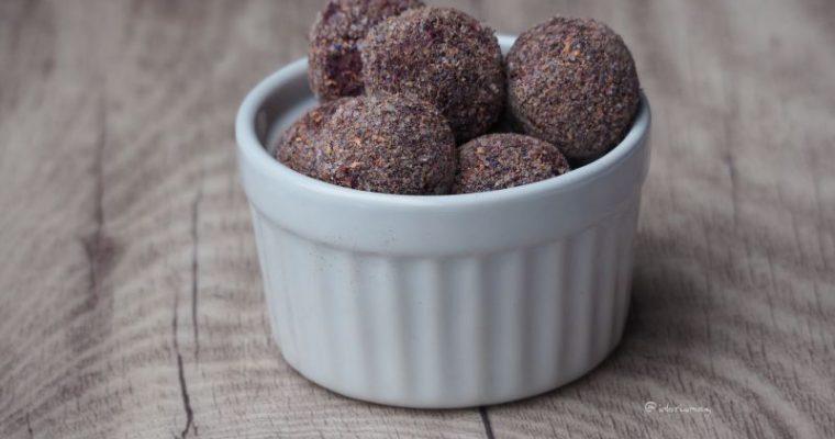 Kleine Kugeln gross im Geschmack – 3 Sorten vegane Pralinen: Schokolade mit Matcha, Heidelbeeren, Rotwein