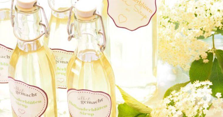 Blumig duftender Holunderblütensirup [mit Etiketten zum Ausdrucken]