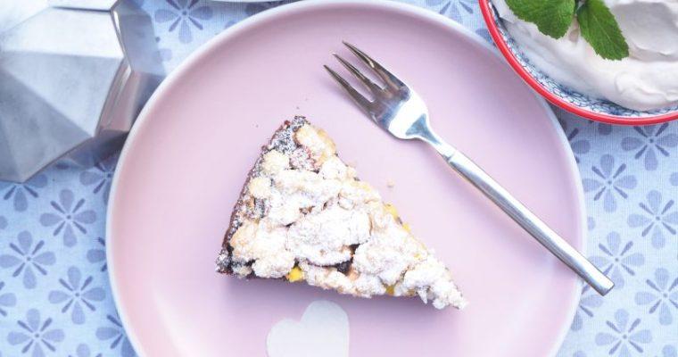 Wunderbarer veganer Mohnkuchen mit Streusel auf Schokolade Mürbeig und Apfel Mango Schicht