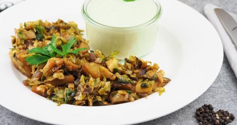 Einfach, gesund und lecker: Kartoffel Rosenkohl Pfanne mit Joghurt Sauce
