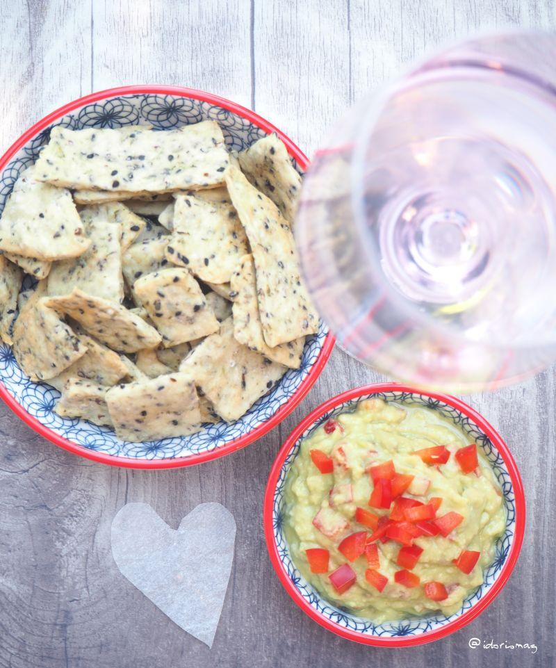 Vegane Sesam Thymian Cracker mit Guacamole Dip