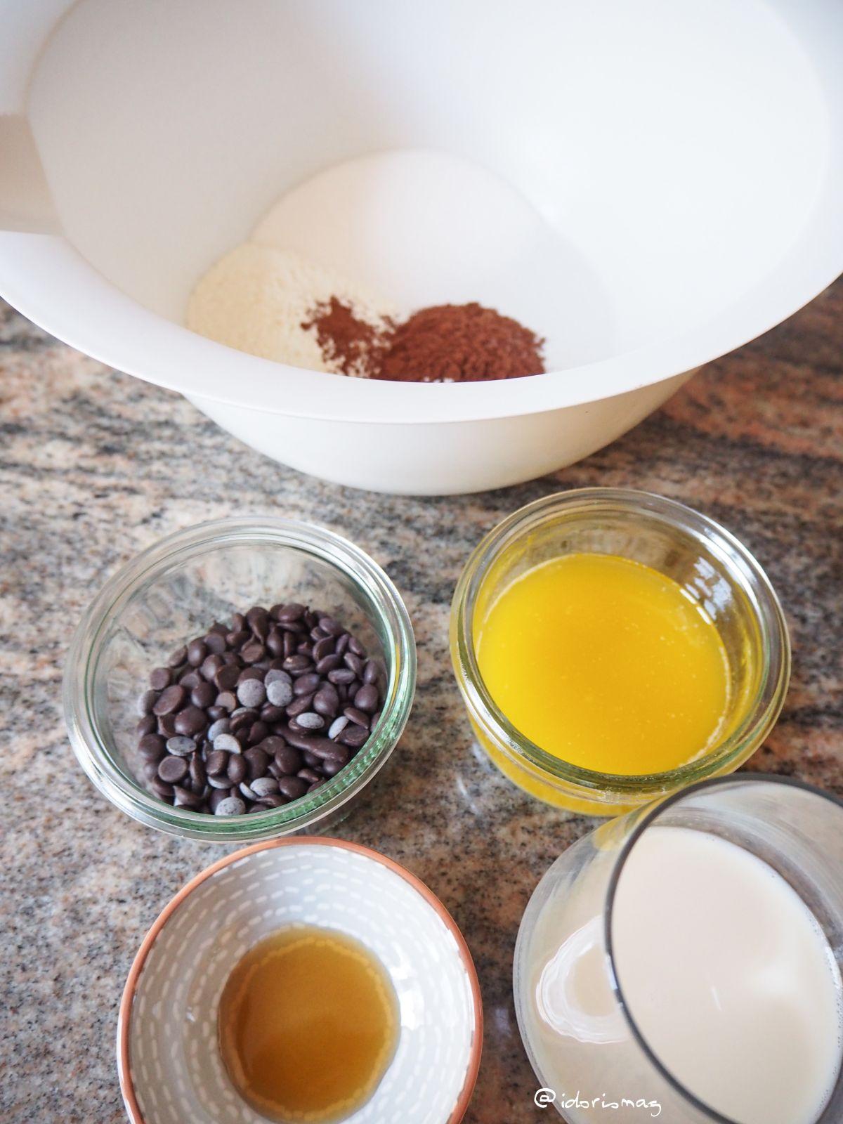 Quick & Easy vegan Mugcake recipe: Fudgy chocolate cake with raspberry sauce