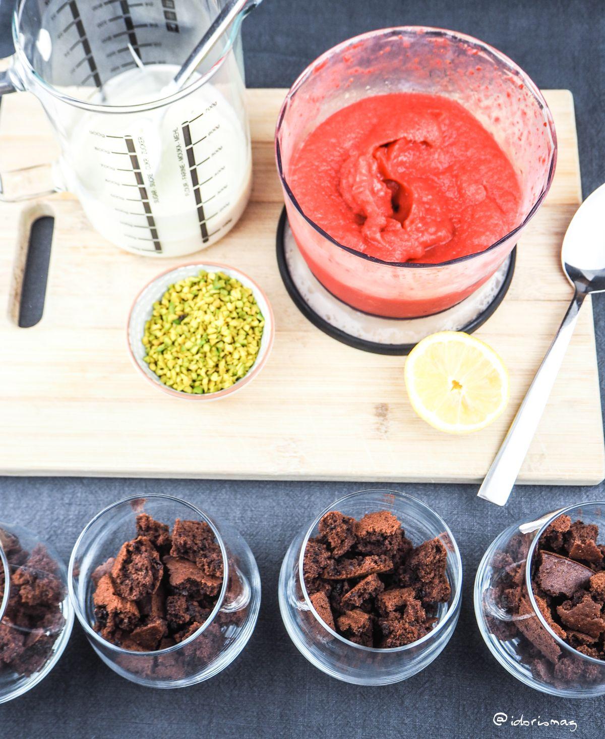 Veganes Schichtdessert im Glas - Schokoladeboden, Erdbeeren und Joghurt