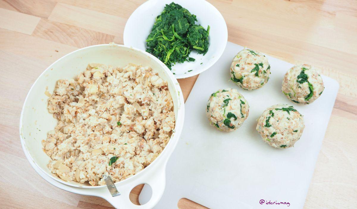 Vegan Spinach Bread Dumplings - With a salad an roasted sunflower seeds