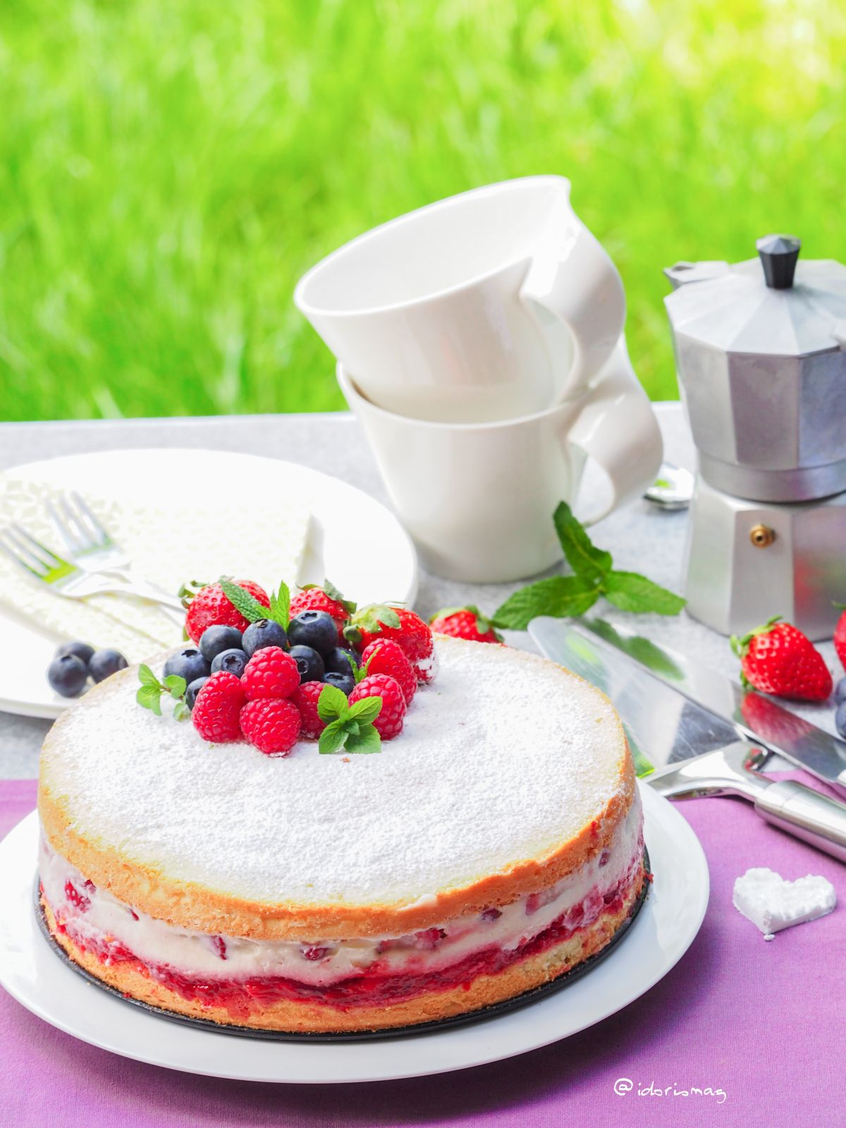 Erdbeer Torte mit luftigem Biskuit Teig vegan