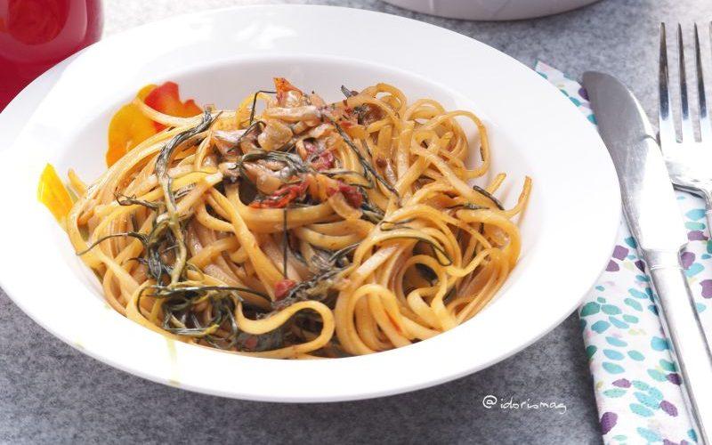 Frühlingshafte Pasta: Mit Zwieblen, Mönchsbart, Morcheln und getrockneten Tomaten.