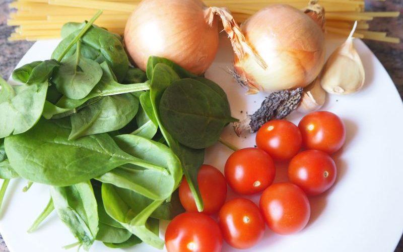 Frühlingshafte Pasta mit Spinat und Morcheln und Sonnenblumenkernen