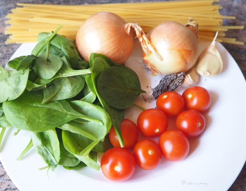 Vegane Spaghetti mit Spinat, Morcheln, Tomaten, Sonnenblumenkerne