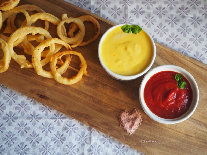 Vegane Zwiebelringe mit Aioli Dip und selbstegemachtem Ketchup