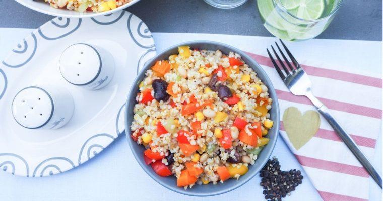 Veganer Bunter Bulgur Salat mit Paprika, Gurke, Karotten, Avocados und weissen Bohnen, und Käferbohnen