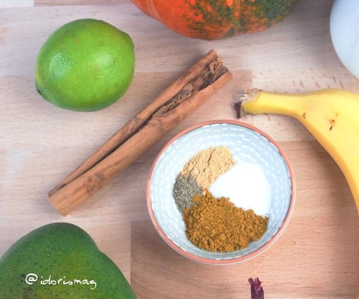 Vegane Kürbis Suppe mit Mango und Banane und Kokosmilch und Gewürzen