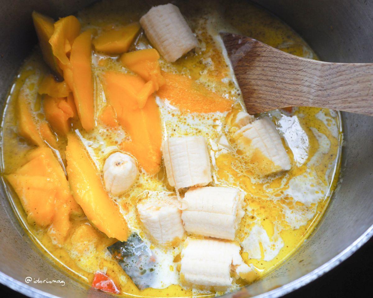 Vegane Kürbissuppe mit Mango und Banane