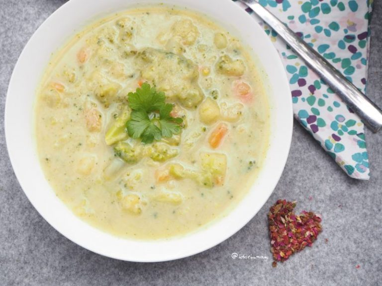 Vegan Creamy Vegetable Soup - Brokkoli, Potatoes, Carrots, Kohlrabi - Plant-based recipe