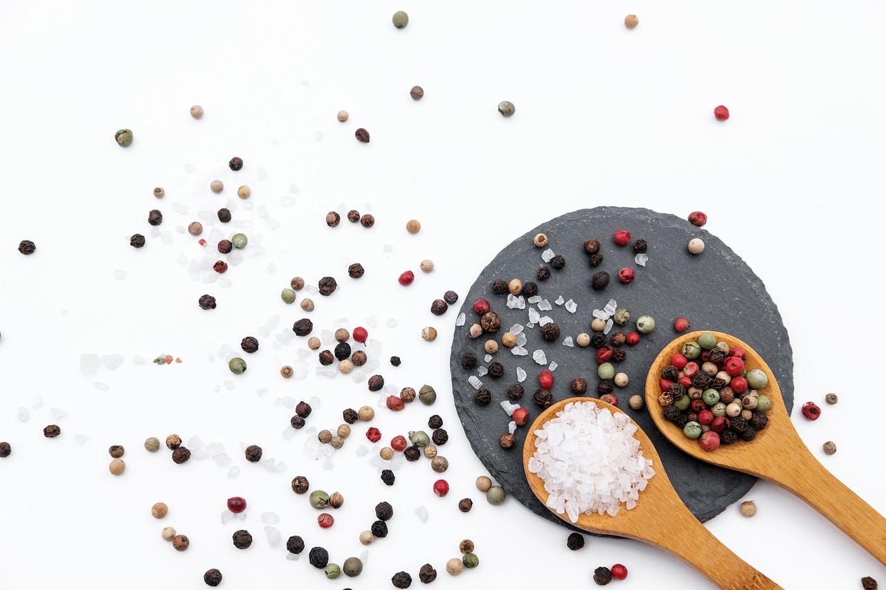Vorratsschrank Gewürze Salz und Pfeffer